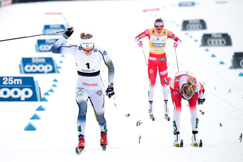 Topptrioen under fellesstarten av verdenscupens finale-weekend i Quebec 2019 går i mål. Foto: Modica/NordicFocus.