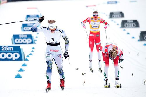 Topptrioen under fellesstarten av verdenscupens finale-weekend i Quebec 2019 går i mål. Foto: Modica/NordicFocus.