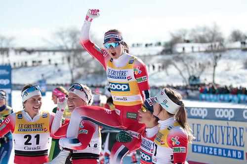 Ingvild Flugstad Østberg på gullstol etter å ha avgjort verdenscupen 2018-2019 totalt etter minitouren i Quebec. Foto: Modica/NordicFocus.