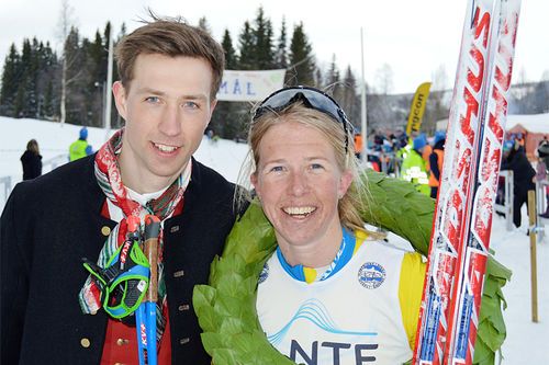 Astrid Øyre Slind vant Flyktningerennet 2019. Her sammen med kranspøyken Espen Kveli. Foto: Karl Audun Fagerli / Flyktningerennet.