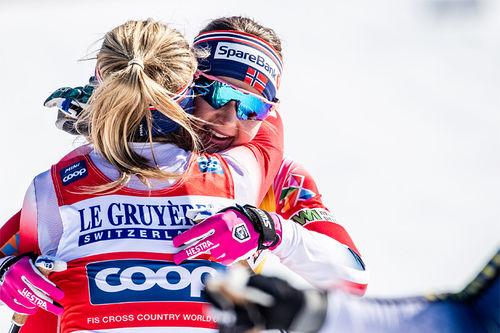 Ingvild Flugstad Østberg og Therese Johaug klemmer hverandre etter endelig målgang for minitouren i Quebec og verdenscupen sesongen 2018/2019. Foto: Modica/NordicFocus.