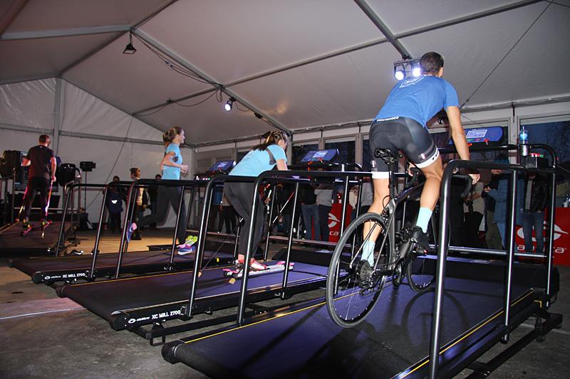 Trude Wermskog Stormo løper, mens Marthe Klausen går på rulleski og Lars Petter Stormo er på sykkelsetet. Alt skjer på felles tredemølle for løp, ski og sykkel fra Treningspartner og Abilica, modell XC-Mill 2700 Foto: Geir Nilsen/Langrenn.com.