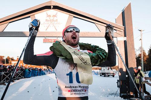 Andreas Nygaard jubler for seier i det 220 kilometer lange Nordenskiöldsloppet 2019. Foto: Adam Klingeteg / Red Bull Content Pool.
