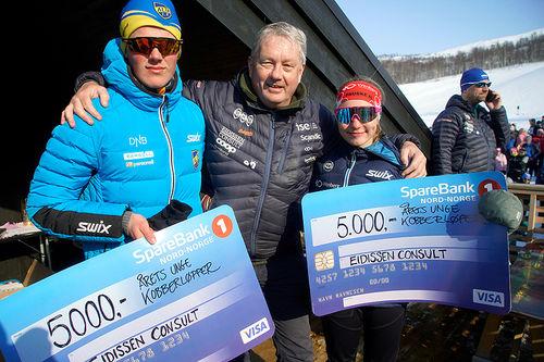 Årets unge kobberløpere, Brage Bjørnstad og Marie Risvoll Amundsen, får tildelt sjekker fra Benn Eidissen og hans Eidissen Consult. Foto: Svein Spjelkavik.