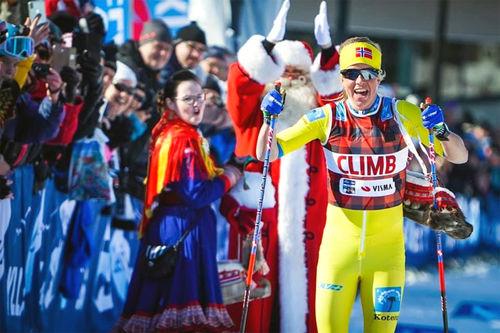 Astrid Øyre Slind går i mål til seier i Ylläs-Levi 2019. Foto: Magnus Östh/Ski Classics.
