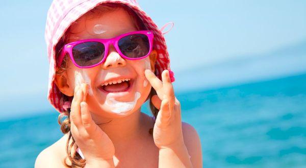 Jente tar på solkrem