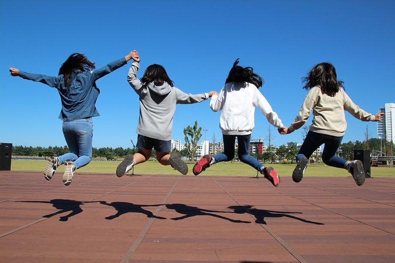 Bilde av hoppende jenter[1]