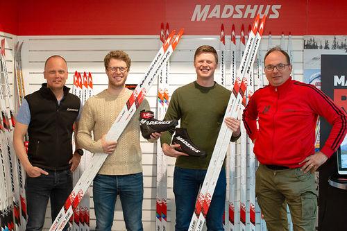 Fra venstre: Nils Hult, CEO på Madshus, Petter og Mårten Soleng Skinstad og Per Wiik, global marketing director hos Madshus. Foto: Madshus/Stafano Zatta.