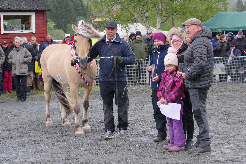 Dagens hest Fjell Tor Even Myklebust avkomspremie A med oppdretter og familie.JPG