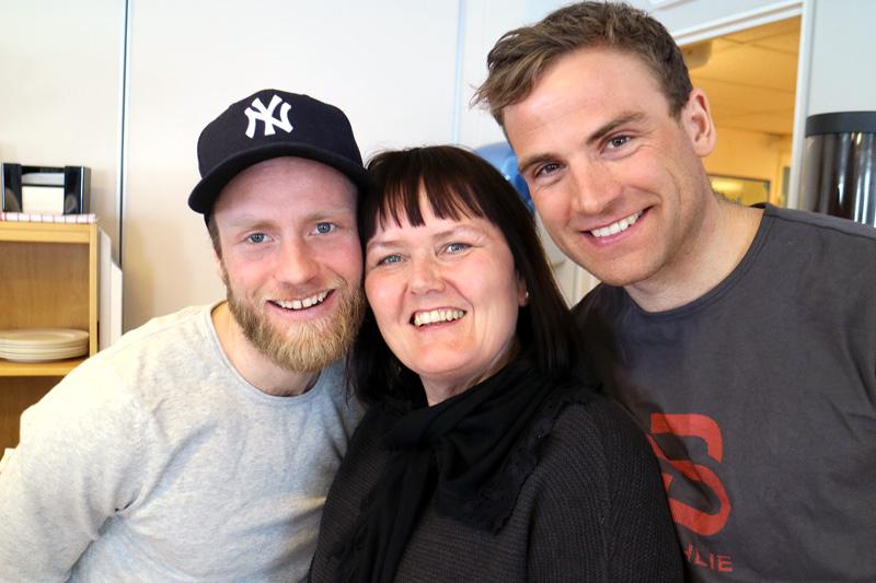 Både turløpere og eliteutøvere er glade i «Mor Kobberløpet», Mona Mosti. Her får hun en klem fra Martin Johnsrud Sundby og Niklas Dyrhaug. Foto: Svein Spjelkavik.