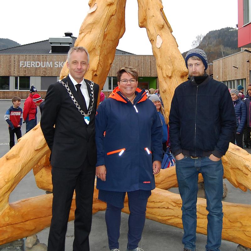 Ordfører, rektor og kunstner ved avdukingen av monument