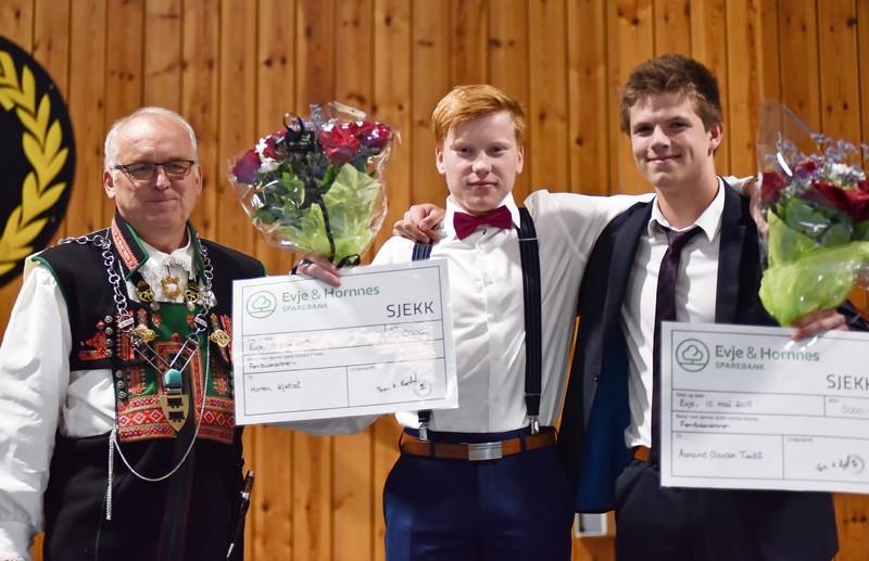 Ordfører Bjørn A. Ropstad, Morten Kjetså og Aanund Tveitå jr. under utdelingen av årets idrettsstipend i Otrahallen, under 17. mai-fest.
