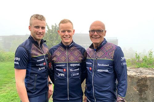 Even Northug, Mikael Gunnulfsen og Steinar Mundal (trener) i Team Telemark. Teamfoto.