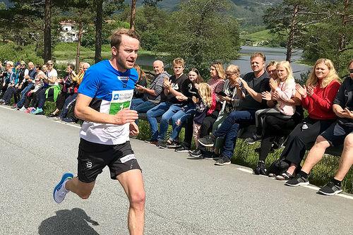 Sjur Røthe på vei mot tredjeplass i Ølmedal Rundt 2019. Foto: Bente Kjos Wenjum.
