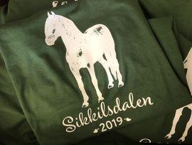 Årets t-skjorter er grønne - med håp om en frodig sommer i fjellet!