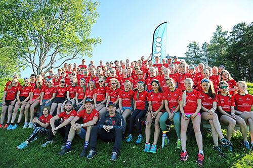 Deltakere og deler av trenerteamet fra sommerskiskolen på Dalseter 2019. Foto: Eiluro Sommerskiskole.