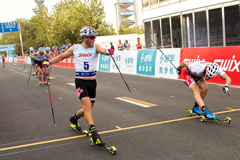 Johannes Høsflot Klæbo slår Ragnar Bragvin Andresen i spurten og sikrer seier på skøytesprint under verdenscupen i Beijing 2019. Foto: Ole Magnus Kinapel.
