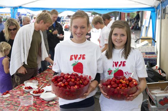 To jenter med jordbær på Jordbærfestivalen
