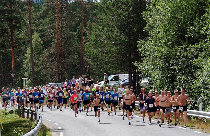 Fra starten i det 38. Risberget Rundt, 195 kvinner og menn legger ut på 5 eller 11 km. Herrevinner Torstein Vestli med startnummer 48 tar teten fra første steg. 15 barn deltok i eget barneløp. Trond Nordbak Øsmundset.