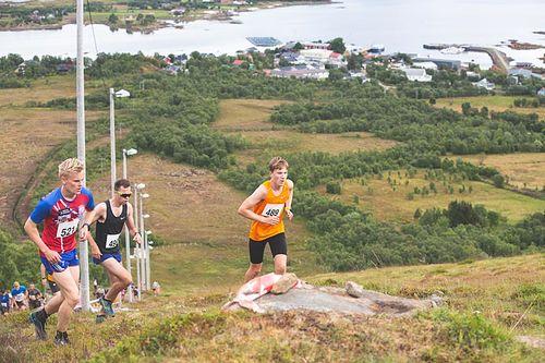Fra venstre: Audun Erikstad, August Nordeng og Johan Nordeng er ferdig med den første kneika opp Nonskollen og leder årets løp, men fortsatt gjenstår fem hundre høydemeter. Foto: Tor-Martin Karlsen.