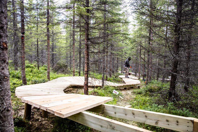 Trysils sykkelprodukt er fortsatt i en utviklingsfase. Her er stibyggerne i gang med nok en spektakulær sti i det populære området, Gullia, hvor man finner over 25 km med bygde sykkelstier. Foto: Andreas Fausko / Trysil.