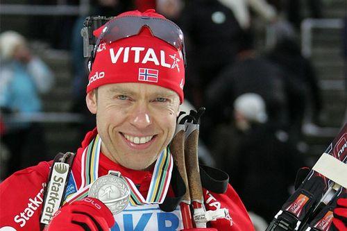 Halvard Hanevold med en av sine mange internasjonale medaljer. Her fra VM i Østersund i 2008. Foto: Hemmersbach/NordicFocus.