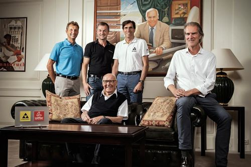 KR Josef Fischer with operational management. Sitting l-r: KR Josef Fischer, Ingo Natmessnig (chairman of the board), standing l-r: Otto Leodolter (CEO LÖFFLER), Franz Föttinger (CEO FISCHER), Bernhard Matzner (CFO FISCHER). Foto: Fischer Sports.