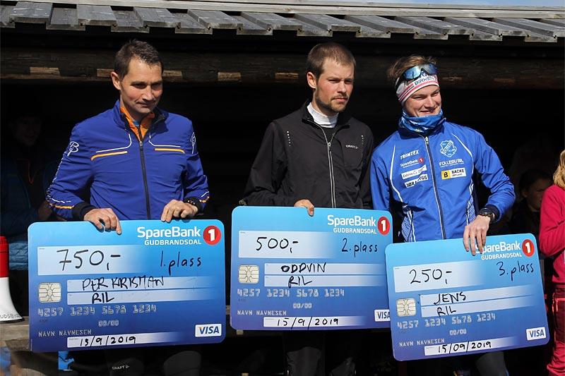 Herrenes seierspall i Landskampen Opp 2019. Fra venstre: Per-Christian Lysaker Torgersrud (nr. 1),  Oddvin Offigstad (2) og Mikkel Thomassen (3). Foto: Stig-Are Øvreberg.