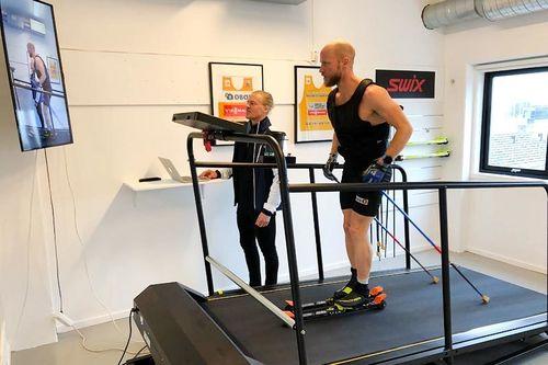 Martin Johnsrud Sundby gjennomfører stakeintervall på mølla hos Holmenkollen Treningslab, mens Sondre Sundby bidrar med sine allsidige kvalifikasjoner innen trening og teknikk. Foto: Holmenkollen Treningslab.
