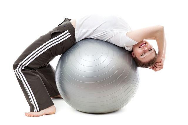 Dame med treningsball