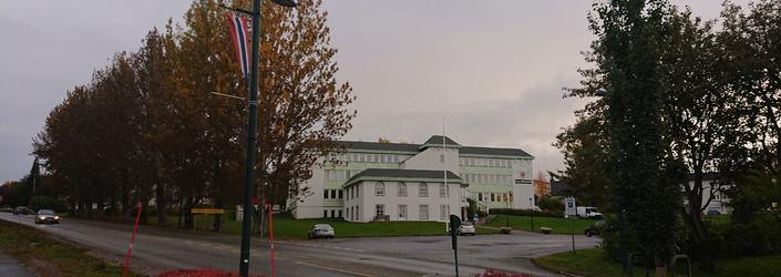 Administrasjonsbygget i høst