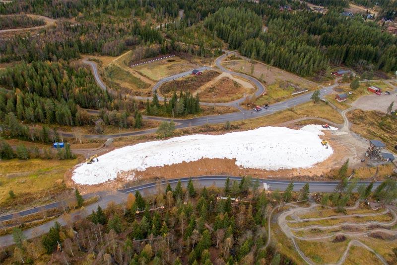 I år har Trysil lagret 10.000 kubikkmeter snø enn tidligere år. Det skal holde til et 3.000 kvadratmeter stort område for langrennscross - årets langrennsnyhet i Trysil. Foto: Olve Norderhaug / Trysil.