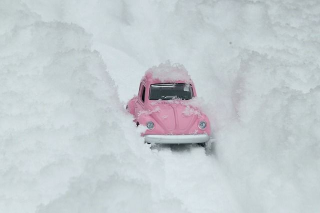 Rosa bil i snø
