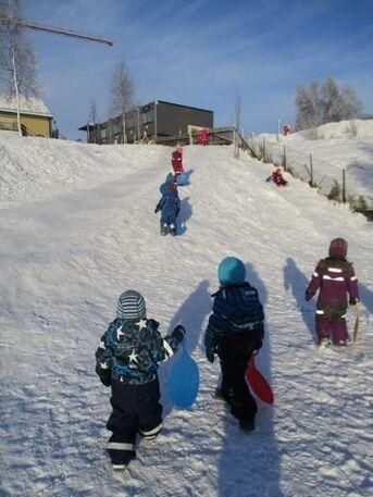 Barn i utelek_vinter