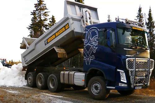 Utlegging av snø til Beitosprinten i forbindelse med nasjonal sesongåpning i langrenn 2019 på Beitostølen. Erik Eggum / www.anleggsfilm.no.