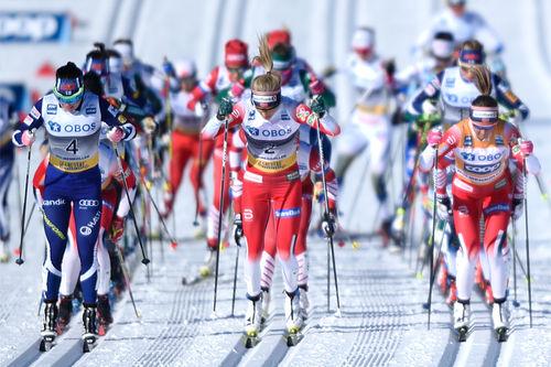 Startskuddet har gått under fellesstart i verdenscupen i Holmenkollen. Foto: Thibaut/NordicFocus.