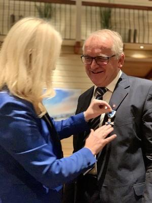KS' 1. nestleder, Mette Gundersen overrekker KS' hederspris til tidligere EH-ordfører Bjørn Ropstad