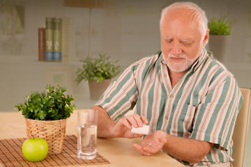 bs-Elderly-man-pill--14590277-360