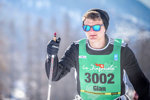 Ung skiløper underveis i turrennet La Diagonela i Engadindalen ved St. Moritz i Sveits. Arrangørfoto.