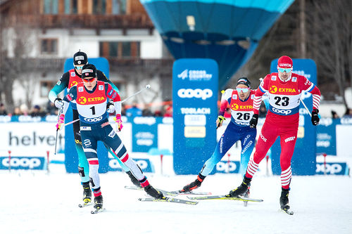 Startfelt i Tour de Ski i Toblach viser toppløpere med både ski og sko fra Fischer. Foto: Modica/NordicFocus.