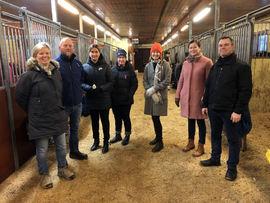 Representanter fra Finland, Sverige og Norge på omvisning på Norsk Hestesenter.
