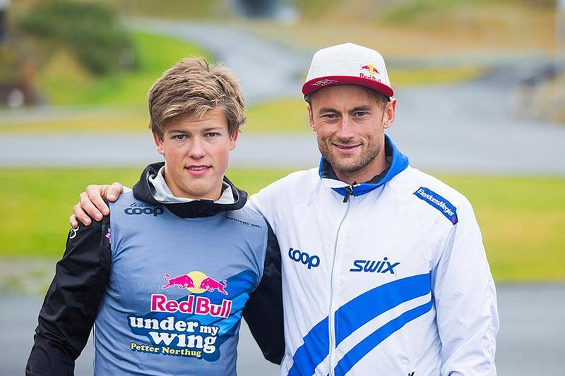 Johannes Høsflot Klæbo og Petter Northug er gamle kjenninger, her tilbake i 2015 hvor en ung Johannes tok del i Petter sitt Red Bull Under My Wing. Foto: Mats Grimsæth / Red Bull Content Pool.
