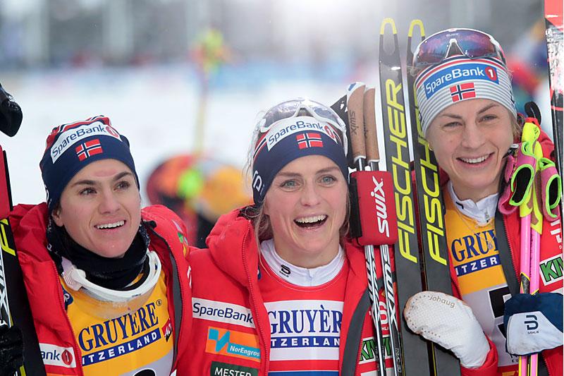 Seierspallen totalt i verdenscupens minitour i Ruka 2019, Heidi Weng (2. plass), Therese Johaug (1) og Astrid Uhrenholdt Jacobsen (3). Foto: NordicFocus.