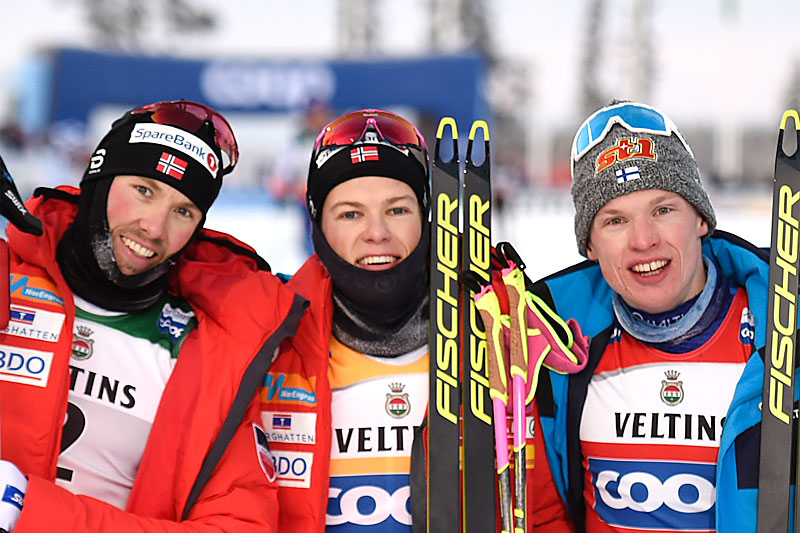 Seierspallen totalt i verdenscupens minitour i Ruka 2019, Emil Iversen (2. plass), Johannes Høsflot Klæbo (1) og Iivo Niskanen (3). Foto: NordicFocus.
