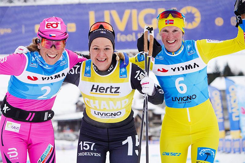 Seierspallen i Livigno Prologue under Visma Ski Classics sesongstart 2019-2020. Fra venstre: Katrina Smutna (2. plass), Britta Johansson Norgren (1) og Kari Vikhagen Gjeitnes (3). Foto: Magnus Östh/Visma Ski Classics.