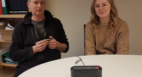 Stig og Ida viser frem den nye trygghetsalarmen
