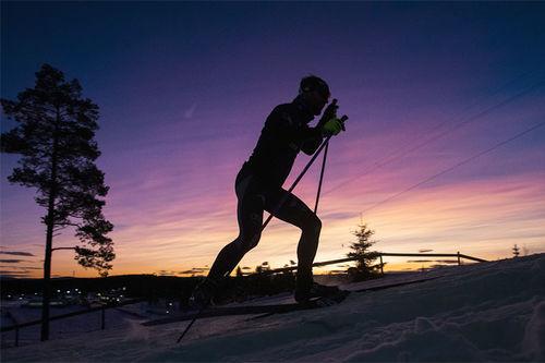 Skiløper i skumringstimen. Foto: Modica/NordicFocus.