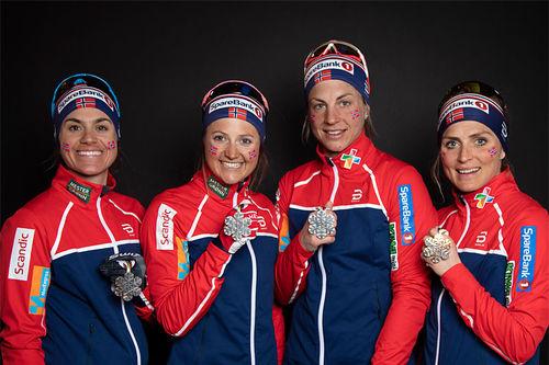 Norges medaljejenter fra VM-stafetten i Seefeld 2019. Weng, Østberg, Jacobsen og Johaug. Foto: GEPA-pictures/WSC Seefeld 2019/NordicFocus.
