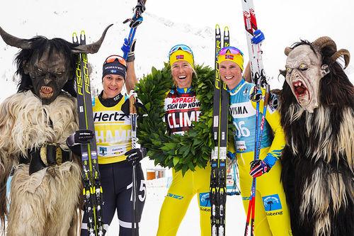 Damepallen i La Venosta som inngår i Visma Ski Classic. Fra venstre: Britta Johansson Norgren (2. plass), Astrid Øyre Slind (1) og Kari Vikhagen Gjeitnes (3). Foto: Magnus Östh/Visma Ski Classics.