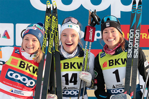 Damepallen på sprinten under verdenscupen i Davos 2019. FV: Maiken Caspersen Falla (2. plass), Linn Svahn (1) og Sophie Caldwell (3). Foto: NordicFocus.